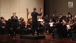 Suasana saat Pemain orkestra saat tampil dalam konser Jakarta City Philharmonic (JCP) di Taman Ismail Marzuki, Jakarta, Rabu (16/5). Konser ini menampilkan karya dari tiga komposer. (Liputan6.com/Arya Manggala)