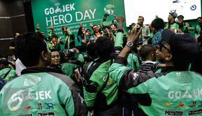 Puluhan GO-JEK berjoget ria saat mengikuti acara GO-JEK Hero Day di Jakarta, Minggu (20/11). Dalam acara tersebut GO-JEK meluncurkan program SWADAYA yang bertujuan membantu meningkatkan kesejahteraan para mitra driver GO-JEK. (Liputan6.com/Faizal Fanani)