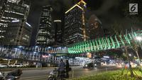 Suasana Jembatan Penyeberangan Orang (JPO) Gelora Bung Karno di Jalan Jend Sudirman, Jakarta, Senin (4/3) malam. JPO tersebut menjadi daya tarik tersendiri bagi pejalan kaki karena desainnya yang artistik dan Instagramable. (Liputan6.com/Fery Pradolo)