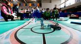 Para kontestan berpartisipasi dalam kompetisi robotik untuk sekolah menengah pertama (SMP) dan sekolah dasar (SD) di Distrik Jimo, Qingdao, Provinsi Shandong, China, 29 November 2020. Kompetisi robotik itu mempertandingkan 20 kategori dan diikuti 300 lebih kontestan siswa. (Xinhua/Liang Xiaopeng)