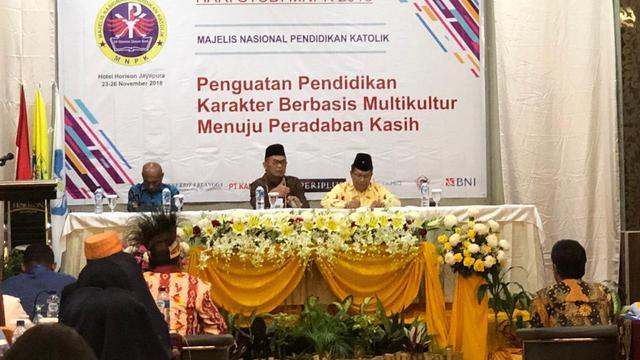 Mendikbud Muhadjir Effendy berdialog dengan 300 peserta Hari Studi Majelis Nasional Pendidikan Katholik (MNPK) 2018 di Jayapura, Papua. Muhadjir didampingi Walikota Jayapura Benhur Tomi Mano dan Ketua MNPK Romo Darmin (24/11).