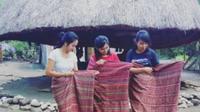 Setiap rumah orang Timor khususnya di Kabupaten Timor  Tengah Utara, Timor Tenggah Selatan hingga Kabupaten Belu Nusa Tenggara  Timur pasti memiliki Lopo di halaman rumah. Lopo ditopang oleh empat tiang  kokoh dari kayu bulat dan atap kerucut dari daun