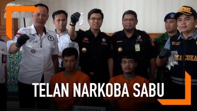 Seorang WNA Thailand nekat menelan puluhan kapsul sabu berbahaya saat akan menyelundupkannya ke Bali. Beruntung polisi berhasil menemukannya saat dilakukan pemeriksaan di Bandara Ngurah Rai, Bali.