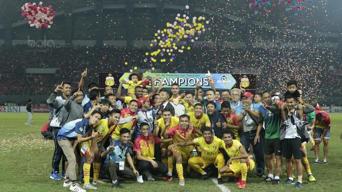 Pemain Bhayangkara FC merayakan keberhasilan meraih gelar juara Liga 1 2017 di Stadion Patriot Bekasi, Sabtu (12/11/2017). Bhayangkara kalah 1-2 lawan Persija. (Bola.com/Nicklas Hanoatubun)