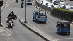 Sejumlah Pengendara motor berbelok melawan arah arus di kawasan Tanah Abang, Jakarta Pusat, Selasa (9/6/2015). Polda metro Jaya kembali mengajukan denda maksimal untuk tiga pelanggaran yakni parkir liar, melawan arus. (Liputan6.com/Johan Tallo)