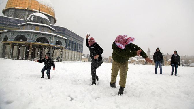Anak-anak Palestina bermain salju (AP Photo)