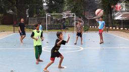 Sejumlah anak-anak bermain bola di RPTRA Tiga Durian, Jakarta, Selasa (15/5). Menurut Sandiaga Uno ada 290 ruang terbuka hijau (RTH) dan tahun ini akan tambah 47 RTH lagi. (Liputan6.com/Immanuel Antonius)