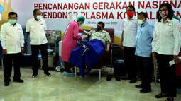 Ketua Umum PMI Jusuf Kalla (kiri) saat Menko Perekonomian Airlangga Hartarto (tengah) melakukan donor plasma konvalesen saat di Markas PMI, Jakarta, Senin (18/1/2021). Pencanangan Gerakan Nasional Pendonor Plasma Konvalesen diresmikan Wakil Presiden Ma'ruf Amin secara daring. (StaffJK/Ade Danhur)