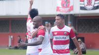 Pemain Madura United merayakan selebrasi setelah mengalahkan PSS Sleman 2-0, Selasa (5/3/2019) di Stadion Maguwoharjo. (Bola.com/Vincentius Atmaja)