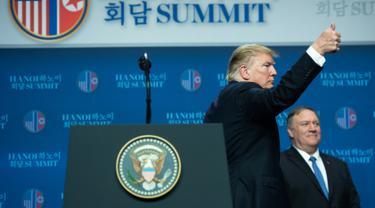 Presiden AS Donald Trump mengacungan jempol usai konferensi pers KTT AS-Korea Utara kedua di Hanoi, Vietnam (28/2). KTT nuklir antara Presiden AS Donald Trump dan Kim Jong Un di Hanoi berakhir tanpa kesepakatan. (AFP Photo/Saul Loeb)