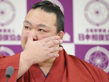 Pemegang predikat grand champion sumo, Kisenosato menyeka air matanya saat mengumumkan pensiun dari arena sumo dalam konferensi pers di Tokyo, Rabu (16/1). Kisenosato merupakan satu-satunya pesumo Jepang di liga teratas olahraga itu. (JIJI PRESS AFP)