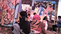 Para seniman Mural menggelar pameran di lokasi puing bekas rumah salah seorang veteran perang di Bengkulu. (Liputan6.com/Yuliardi Hardjo)