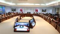 Suasana saat Presiden Joko Widodo atau Jokowi memimpin rapat terbatas (ratas) di Kantor Presiden, Jakarta, Rabu (7/11). Jokowi mengatakan sedang konsentrasi pada percepatan pembangunan bagi rumah ASN, TNI, dan Polri. (Liputan6.com/Angga Yuniar)