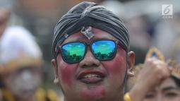 Eskpresi peserta saat mengikuti karnval budaya untuk memeriahkan HUT ke-19 kota Depok di Sepanjang Jalan Margonda, Depok, Sabtu (28/4). Karnaval akan dimulai dari depan Mal Margo City, hingga ke Balai Kota Depok. (Merdeka.com/Imam Buhori)