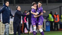 Striker Fiorentina, Dusan Vlahovic (kedua dari kanan) melakukan selebrasi usai mencetak gol pertama timnya ke gawang Spezia dalam laga lanjutan Liga Italia 2020/21 pekan ke-23 di Artemio Franchi Stadium, Jumat (19/2/2021). Fiorentina menang 3-0 atas Spezia. (LaPresse via AP/Jennifer Lorenzini)