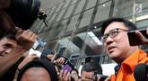 Direktur Operasional Lippo Group, Billy Sindoro memakai rompi tahanan ketika ditanya wartawan usai menjalani pemeriksaan di gedung KPK, Jakarta, Selasa (16/10). Billy Sindoro resmi ditahan terkait kasus suap Bupati Bekasi. (merdeka.com/Dwi Narwoko)