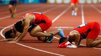 Lalu Muhammad Zohri (tengah) bersama Fadlin, Eko Rimbawan, dan Bayu Kertanegara sujud syukur usai meraih perak dalam final lari 4x100 meter cabang olahraga atletik Asian Games 2018 di Jakarta, Kamis (30/8). (AP Photo/Bernat Armangue)