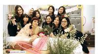 Kejutan bridal shower dari sahabat untuk Raisa. [foto: instagram/herlindapikacu]