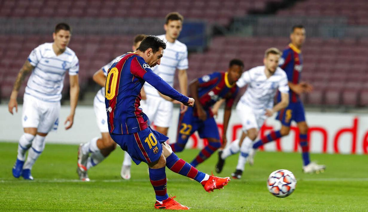 Striker Barcelona, Lionel Messi, melepaskan tendangan penalti saat melawan Dynamo Kiev pada laga Liga Champions di Stadion Camp Nou, Kamis (5/11/2020). Barcelona menang dengan skor 2-1. (AP/Joan Monfort)