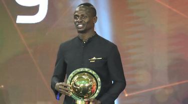 Penyerang Senegal Sadio Mane tersenyum setelah memenangkan penghargaan Pemain Pemain Terbaik Afrika 2019 selama CAF Awards di kota wisata Mesir, Hurghada (7/1/2020). Pemain Liverpool ini mengalahkan Mohamed Salah dan Riyad Mahrez. (AFP/Khaled Desouki)