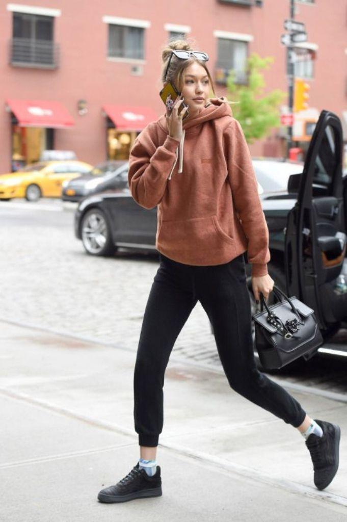 Street style Gigi Hadid dengan sentuhan item sporty ini wajib untuk kamu tiru. (Image: gihadid.tumblr.com pinterest)