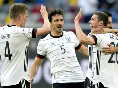 Para pemain Jerman merayakan gol pertama ke gawang Latvia yang dicetak bek Robin Gosens (kanan) dalam laga uji coba menjelang Euro 2020 (Euro 2021) di Merkur Spiel Arena, Duesseldorf, Senin (7/6/2021). Jerman menang 7-1 atas Latvia. (AP/Martin Meissner)