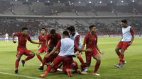 Pemain Timnas Indonesia U-19 merayakan gol yang dicetak Bagus Alfikri pada laga Kualifikasi AFC U-19 2020 di Stadion GBK, Jakarta, Minggu (10/11). Indonesia U-19 berhasil menahan imbang 1-1 DPR Korea. (Bola.com/Yoppy Renato)