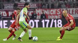 Gelandang VfL Wolfsburg, Yunus Mall, berusaha melewati striker Bayern Munchen, Arjen Robben, pada laga Bundesliga, di Stadion Allianz, Kamis (22/9/2017). Bayern Munchen ditahan imbang 2-2 oleh VfL Wolfsburg. (AP/Matthias Balk)