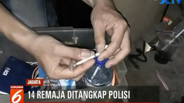Saat digrebek, para remaja ini sempat membuang barang bukti berupa satu paket sabu seberat 0,56 gram keluar jendela.