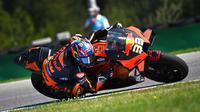 Pembalap KTM asal Afrika Selatan Brad Binder beraksi dalam MotoGP Ceko di Sirkuit Masaryk, Brno, Republik Ceko, Minggu (9/8/2020). Brad Binder berhasil menjadi juara setelah menjadi yang tercepat di balapan yang digelar sebanyak 21 lap. (Joe Klamar/AFP)