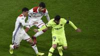 Lionel Messi dikawal ketat pemain Olympique Lyon. (AFP/Jean-Philippe Ksiazek)