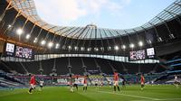 Suasana laga Liga Inggris antara Manchester United kontra Tottenham Hotspur di depan tribun penonton yang kosong di Stadion Tottenham, London, Jumat (19/6/2020). Manchester United (MU) berhasil mencuri poin di markas Tottenham Hotspur dengan skor imbang 1-1.  (AP/Shaun Botterill, Pool)
