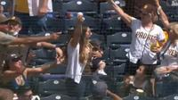 Seorang ibu berhasil menangkap bola sembari menggendong anaknya (Screenshot of Twitter/@Padres)