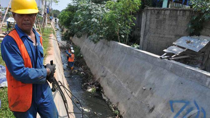 Petugas sedang menarik pipa ilegal yang digunakan warga untuk menyedot air Pam Jaya, Pluit, Jakarta Utara, Kamis (22/5/2014) (Liputan6.com/Johan Tallo).