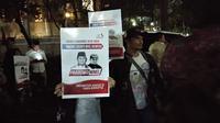 Belasan masyarakat membawa poster bergambar Prabowo Subianto-Novel Baswedan sebagai pasangan capres-cawapres 2019.