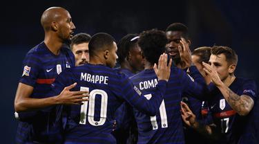 Pemain Prancis merayakan gol yang dicetak Kylian Mbappe ke gawang Kroasia pada laga lanjutan UEFA Nations League 2020/2021 di Maksimir Stadium, Kamis (15/10/2020) dini hari WIB. Prancis menang 2-1 atas Kroasia. (AFP/Franck Fife)