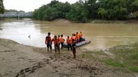Tim Basarnas yang menyisir Sungai Lusi akhirnya menemukan jenazah Jumeno, Jumat (10/2/2017) yang hanyut sejak Rabu (8/2/2017) saat bertugas mengawal jenazah berenang. (foto : Liputan6.com/ Edhie Prayitno Ige)