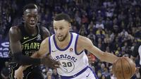 Bintang Golden State Warriors Stephen Curry (kanan) dijaga guard Atlanta Hawks Dennis Schroeder pada partai NBA 2017-2018 di Oracle Arena, Jumat (23/3/2018) atau Sabtu (24/3/2018) WIB. (AP Photo/Jeff Chiu)