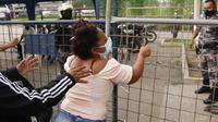 Seorang kerabat narapidana di luar penjara di Guayaquil pada hari Selasa. Puluhan orang tewas dalam kerusuhan di seluruh Ekuador. (Foto: Angel Dejesus / AP)