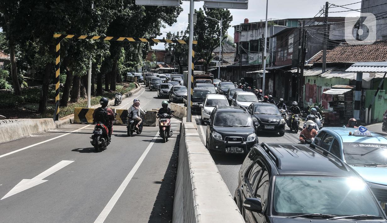 Pengendara motor menerobos separator yang menutup akses jalan layang atau flyover tapal kuda Lenteng Agung, Jakarta, Minggu (28/2/2021). Minimnya pengawasan menyebabkan banyak pengendara sepeda motor nekat menerobos flyover tapal kuda Lenteng Agung yang masih ditutup. (merdeka.com/Iqbal S Nugroho)