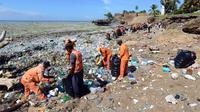 Tumpukan berton-ton sampah menyelimuti berbagai wilayah pesisir di Republik Dominika pada Selasa, 24 Juli 2018 (AP)