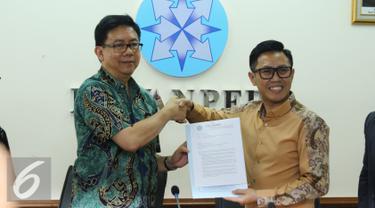 Eko Patrio menerima lampiran riset hasil penyelidikan dewan pres yang menyatakan tujuh media yang diadukan Eko ke Bareskrim tidak terdaftar, Jakarta, Rabu (21/12). (Liputan6.com/Herman Zakharia)