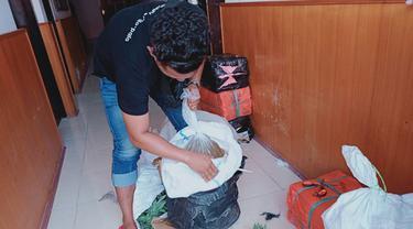 Cap Tikus tersebut dimasukkan ke dalam karung yang dicampur dengan sampah buah nanas.