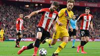 Pemain Athletic Bilbao, Yeray Alvarez berebut bola dengan gelandang Barcelona, Ivan Rakitic, pada babak perempat final Copa del Rey di San Mames, Kamis (6/2/2019). Barcelona kandas di babak perempat final Copa del Rey setelah takluk 0-1 di kandang Athletic Bilbao. (AP/Alvaro Barrientos)