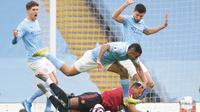 Striker Manchester United, Anthony Martial (bawah) dijatuhkan striker Manchester City, Gabriel Jesus di kotak penalti dalam laga lanjutan Liga Inggris 2020/21 di Etihad Stadium, Minggu (7/3/2021). MU menang 2-0 atas Mancity. (AFP/Dave Thompson/Pool)
