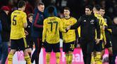 Pelatih Arsenal, Mikel Arteta (kanan) berjabat tangan dengan para pemainnya usai pertandingan melawan Bournemouth pada putaran keempat Piala FA di Stadion Vitalitas di Bournemouth, Inggris (27/1/2020). Arsenal menang tipis 2-1 atas Bournemouth. (AFP Photo/Glyn Kirk)