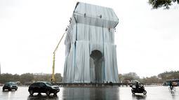 Pemandangan Arc de Triomphe di Paris yang dibungkus, pada Selasa (14/9/2021). Proyek seni berjudul L'Arc de Triomphe, Wrapped ini senilai Rp 235 miliar yang dibiayai sendiri oleh sang seniman. (AP Photo/Thibault Camus)