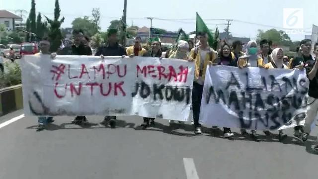 Menyikapi dolar yang terus naik, para mahasiswa di Cianjur gelar demo memprotes kinerja Presiden Jokowi.