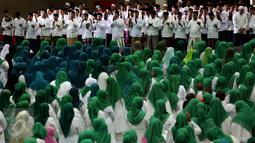 Sejumlah umat muslim saat mengikuti acara Silaturahmi Nasional Ulama Rakyat, Jakarta, Sabtu (12/11). Acara ini bertujuan mendoakan keselamatan Bangsa Indonesia agar tidak mudah di pecah belah oleh karena perbedaan Agama. (Liputan6.com/Johan Tallo)