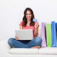 Ilustrasi perempuan belanja online. (skylinewears.com)